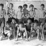 Década de los 60, niños en el campo de fútbol